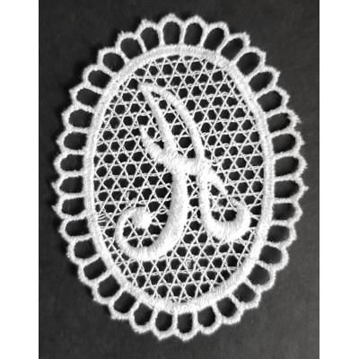 Letras bordadas guipur en forma de medallón