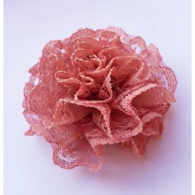 Flor rosa con plisados de encaje