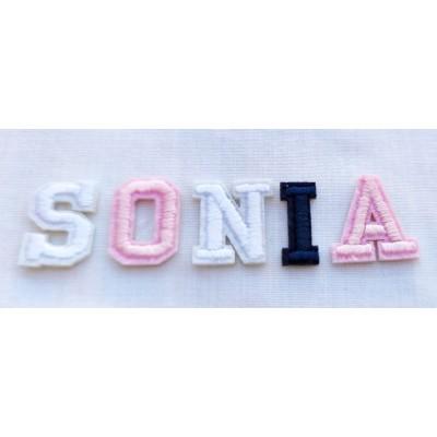 Letras bordadas para pegar en ropa de varios colores.
